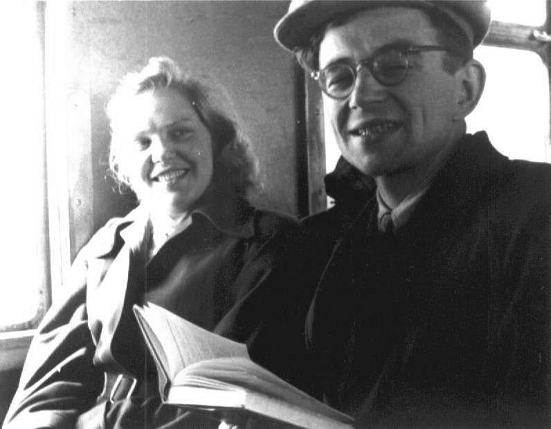 Саша Прохоркина и Валя Берестов в электричке по пути в Крюково.